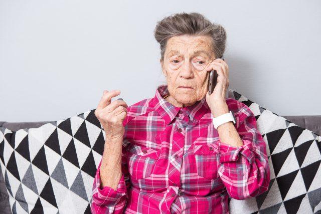 Starší žena telefonuje