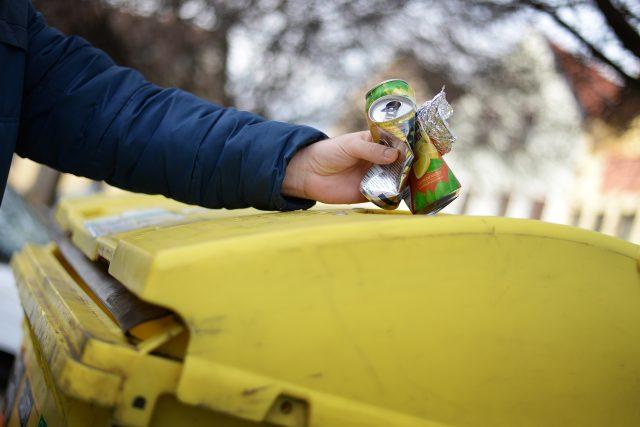 Plechovky,  alobal a další drobný kovový odpad mohou lidé v Ústí nad Labem nově vyhazovat do žlutých kontejnerů na plast   foto: Honza Ptáček,  Český rozhlas