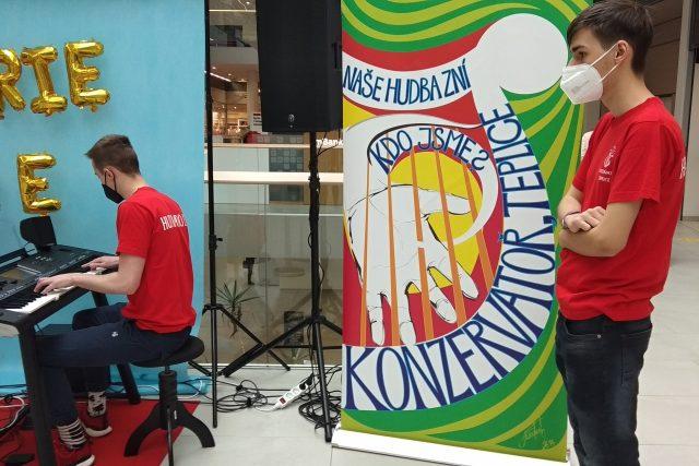 Tepličtí konzervatoristé hrají v ulicích města v rámci akce Hudba do ulic | foto: Jana Vitásková,  Český rozhlas