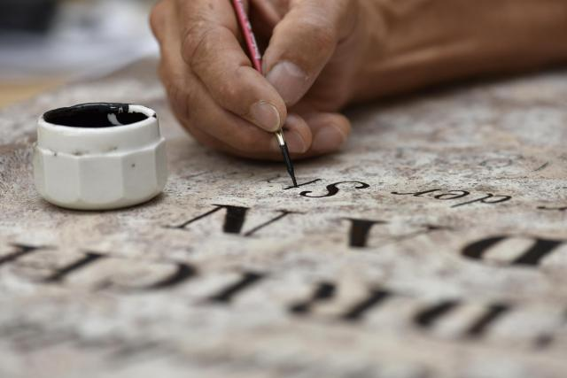 Restaurování původního nápisu na pamětní desce F. Jordana