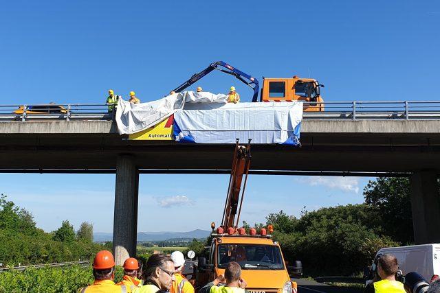 Odstraňování reklamního poutače z mostu na dálnici D8 u Roudnice nad Labem