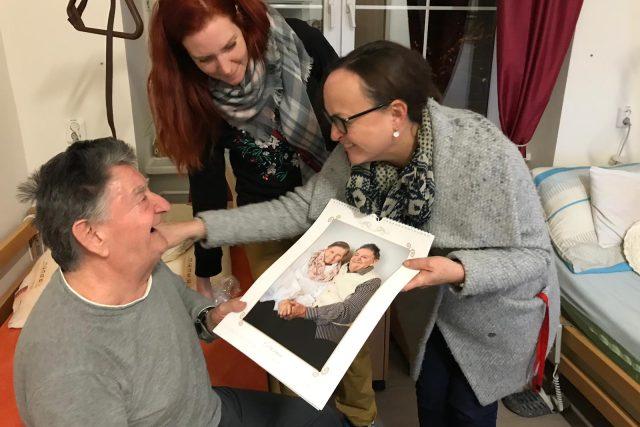 Senioři z Nového Boru dostali od Ježíškova vnoučete kalendář s jejich fotografiemi