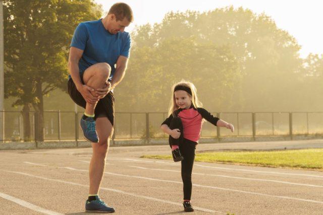 Dívka s trenérem na atletické dráze  (ilustrační foto) | foto: Shutterstock