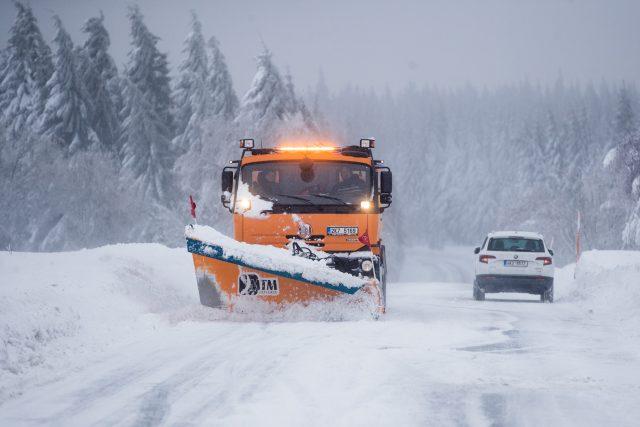 Zimní údržba silnic, radlice, prohrnování sněhu, závěje, sníh, zima, doprava, nesjízdnost, sypač. Ilustrační foto