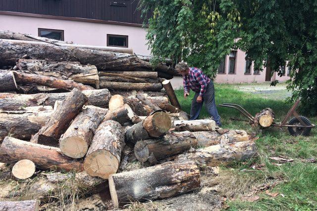 Lidé, kteří topí dřevem, letos ušetří