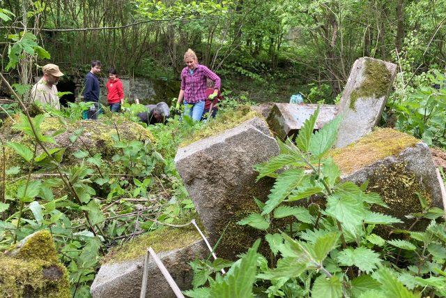 Staré německé náhrobky vyprošťují ze skládky v Zubrnicích dobrovolníci   foto: Daniela Pilařová,  Český rozhlas
