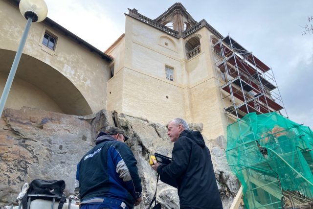 Skalní masiv pod glorietem zámku v Děčíně zřejmě ukrývá tajnou chodbu | foto: RTG-Tengler