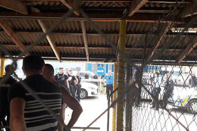 Policie zasahuje před lounskou firmou Heavy Machinery
