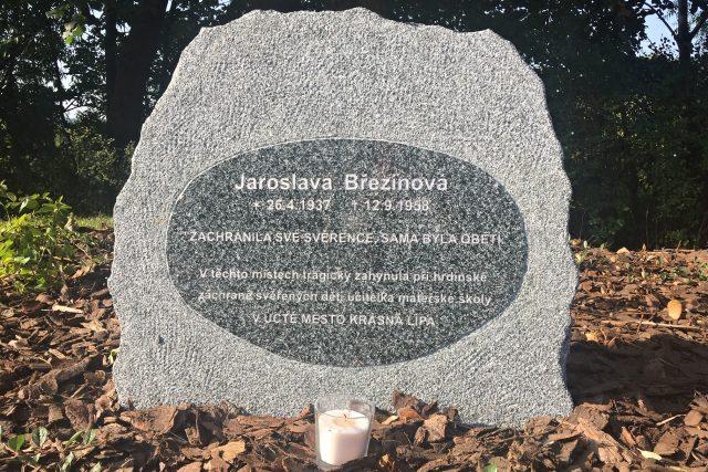 V Krásné Lípě připomíná hrdinský čin učitelky mateřské školy nový pomníček