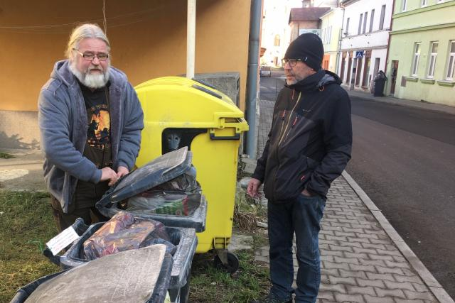 Jan Dudycha s Danielem Zygulou při kontrole popelnic