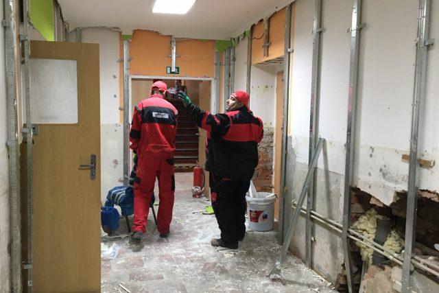Dělníci opravují požárem poškozený domov pro zdravotně postižené ve Vejprtech