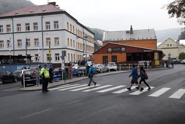 Policista dohlíží na bezpečnost školáků u přechodu pro chodce ve Velkém Březně