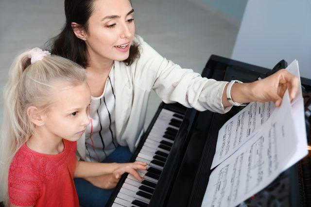 základní umělecká škola, klavír, piano, výuka, dítě, učitelka, noty, hra na hudební nástroj, talent, ilustrační foto