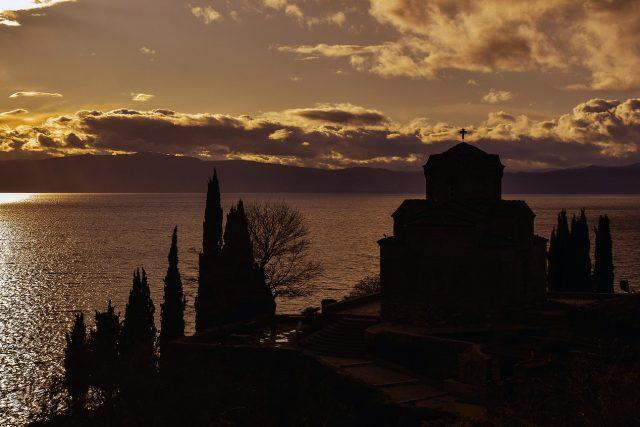 Pohled na Ochridské jezero s kostelem sv. Jana Evangelisty v severomakedonském Ochridu | foto: fotobanka Max Pixel