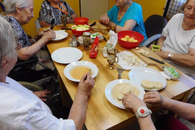 Klienti jednoho z domovů pro seniory v Mostě spolu čas od času vaří, prospívá to procvičování poznávacích funkcí, společně si i zavzpomínají