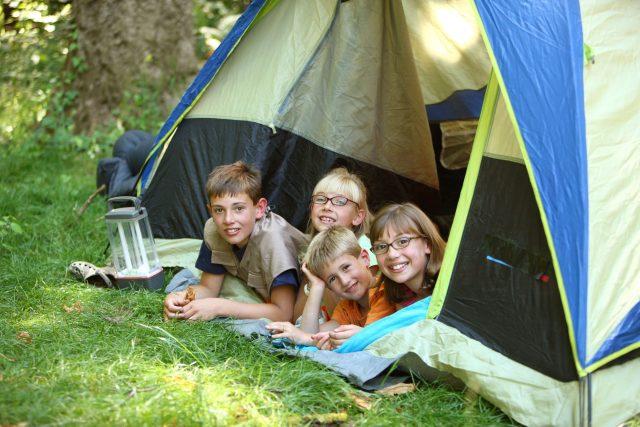 Děti ve stanu o prázdninách   foto: Fotobanka Profimedia