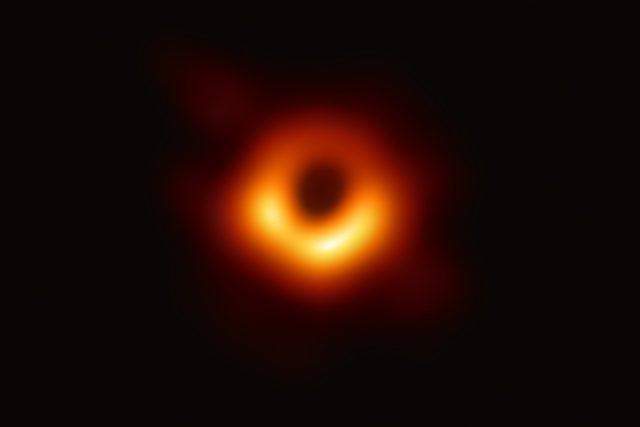 Vědci zveřejnili první snímek černé díry