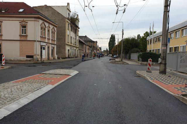 Pokládka asfaltu v Hrbovické ulici
