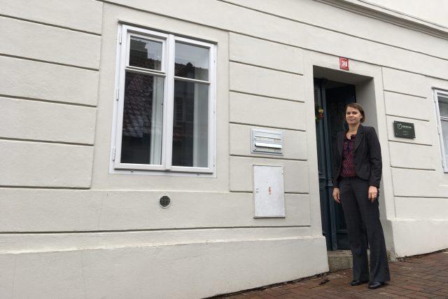 Lucie Průchová u svého domu