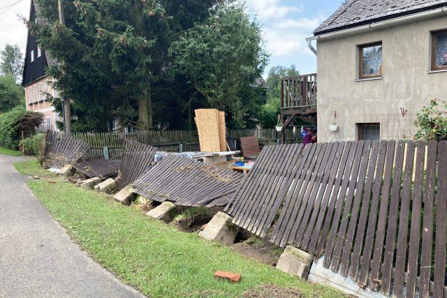 Sobotní přívalový déšť napáchal v Ústeckém kraji největší škody na Děčínsku. Lidé tam teď odklízejí jeho následky