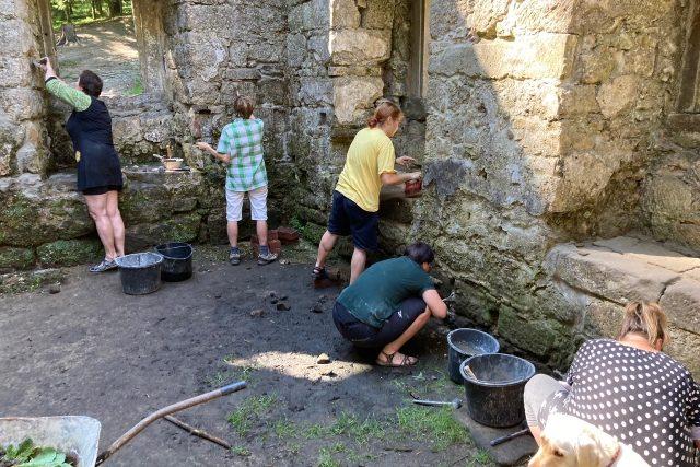 Dobrovolníci o víkendu opravovali Dolský mlýn v Jetřichovicích. Dělají to už šestnáct let   foto: Daniela Pilařová,  Český rozhlas
