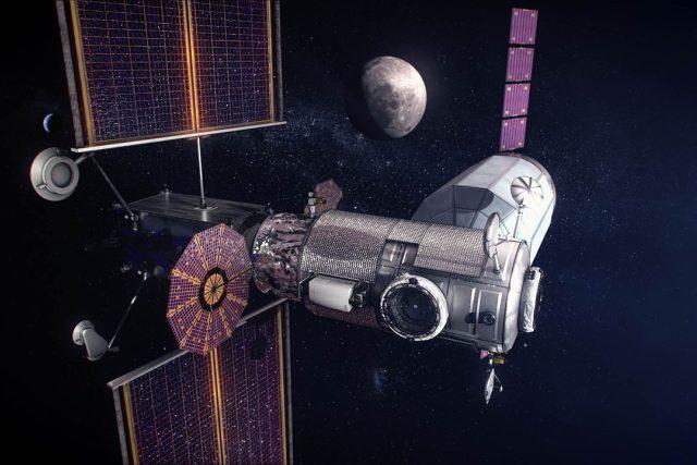 Umělecká představa lunární kosmické stanice Gateway. Základní moduly PPE a HALO s připojenou zásobní lodí