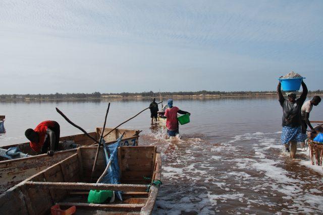 Přenášení soli z jezera je náročná práce | foto: Andrea Skalická,  Český rozhlas