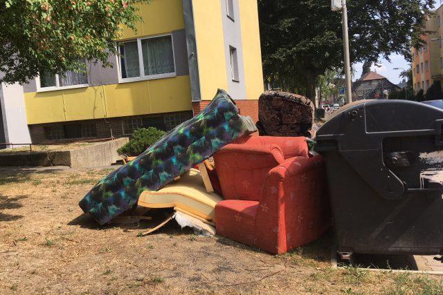 Vyhozený velkoobjemový odpad se na někkterých místech v Rumburku objevuje každý den