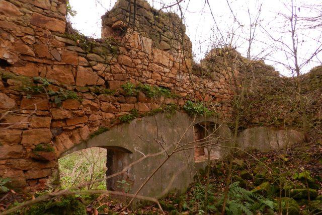 Ruiny stavení v zaniklé obci Vitín na Ústecku opuštěné v 50. letech 20. století v souvislosti s vysídlením německy hovořícího obyvatelstva a špatnou dopravní dostupností
