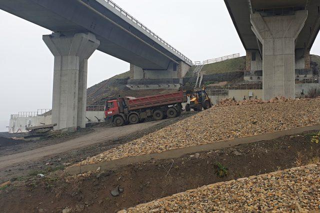 Po prackovické estakádě na D8 už řidiči projedou bez omezení. Silničáři oba mosty zvedli o 5 centimetrů