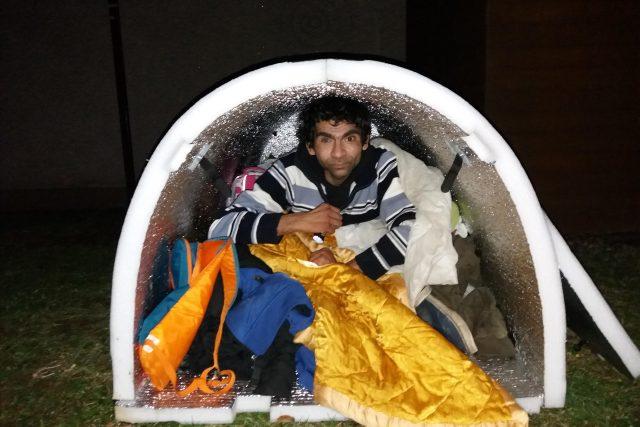 Bezdomovec František přespává ve speciálním iglú