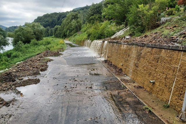 Blesková zátopa poničila silnici do Dolního Žlebu,  zůstal jen přístup po cyklostezce,  po které se také přehnala voda | foto: město Děčín