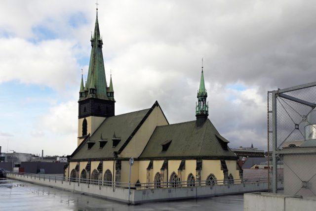 Ústí nad Labem - Kostel Nanebevzetí Panny Marie, pohled ze střešního parkoviště OC Forum