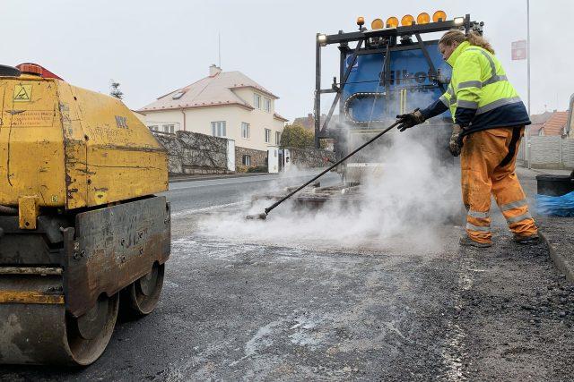 Silničáři opravují výtluky po zimě na silnici I/35
