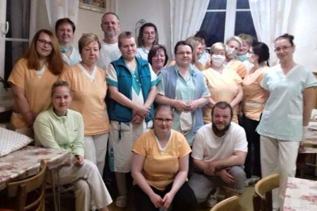 Tým zaměstnanců domova pro seniory v dobrovolné karanténě