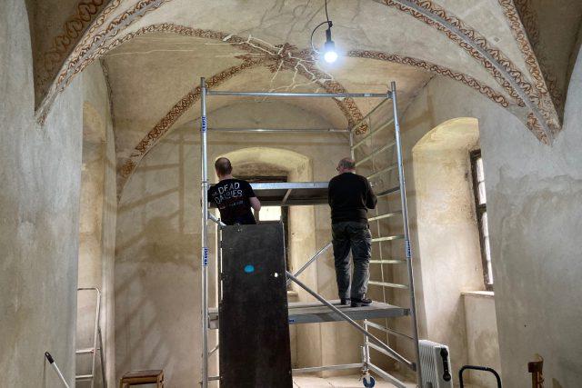 Zámek v Benešově nad Ploučnicí odkryl jedno ze svých tajemství – ruční výmalbu stropu ze 16. století