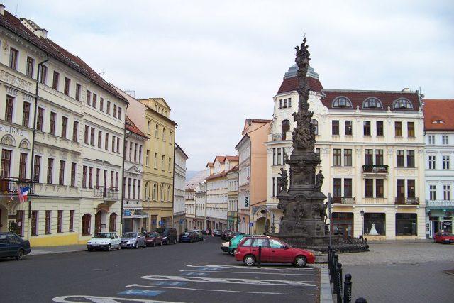 Teplice. Zámecké náměstí, trojiční sloup a Dlouhá ulice