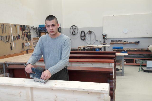 Odsouzení v truhlářské dílně věznice Nové Sedlo vyrábějí lavici do kaple