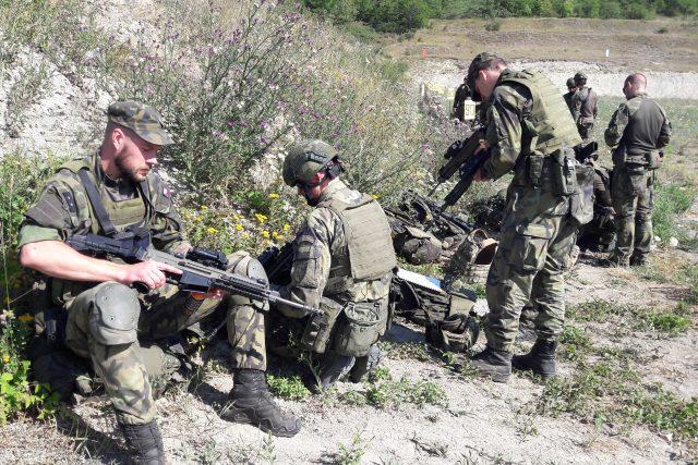 Ve Vršovicích u Loun soutěží týmy vojáků ve střelbě i hodu granátem