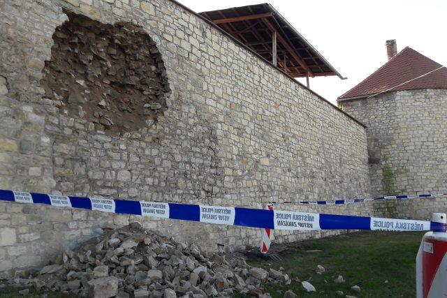 Z městské hradby v Lounech se vysypala část zdiva