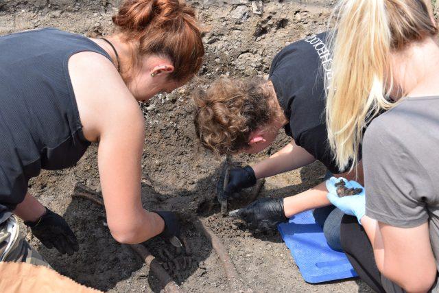 Na výzkumu se v rámci letní praxe podílejí studenti z univerzity v polské Vratislavi