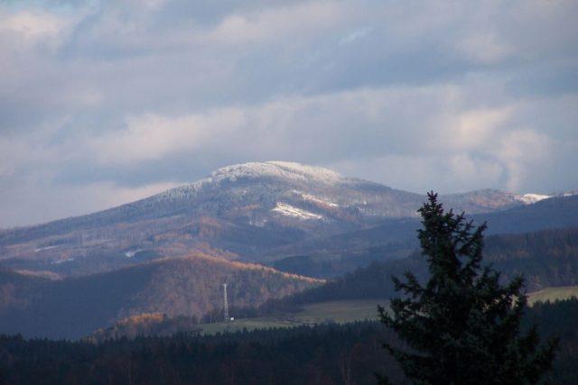 Mezi vrcholy vzniklé sopečnou činností patří také například Pustý zámek v Doupovských horách