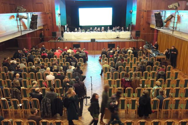Zhruba stovka lidí se ve středu zúčastnila veřejného projednání plánů na pokračování těžby hnědého uhlí na lomu Bílina na Mostecku