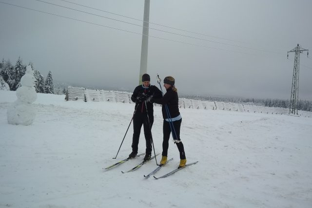 Nový sníh láká lidi do hor. Do Krušných hor vyjeli běžkaři