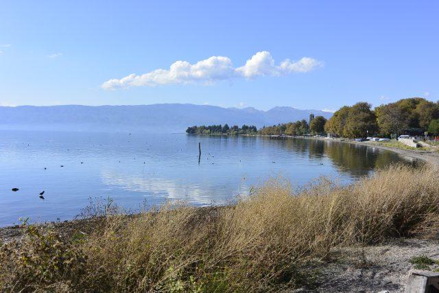 Pobřeží Ochridského jezera v Severní Makedonii | foto: Jaromír Beneš