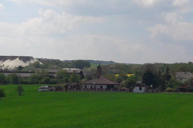 """Buškovice, vlevo je vidět """"bílá hora"""" z vytěžené a vyplavené suroviny"""