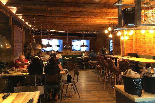 Restaurace Šestidomí v Teplicích krátce před zavřením ve 22 hodin