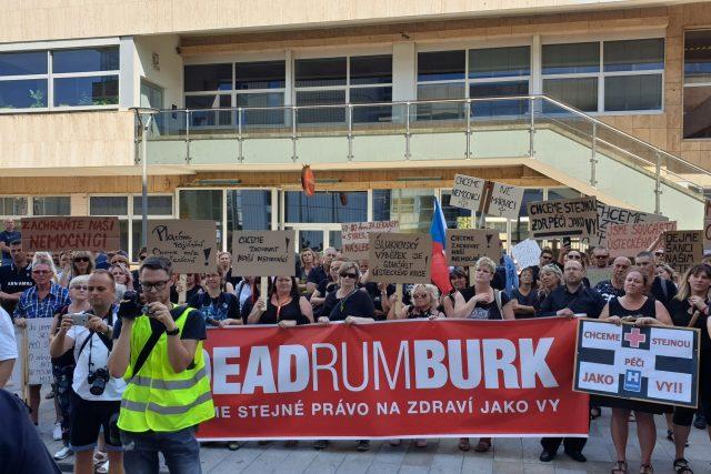 V Ústí nad Labem lidé demonstrovali za zachování péče v Lužické nemocnici v Rumburku