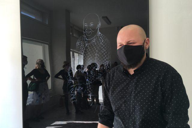 Miroslav Hašek připravil obraz své netradiční rodiny. Při zjevování a mizení různých postav se na obrazovce zjevují různé vztahy mezi nimi
