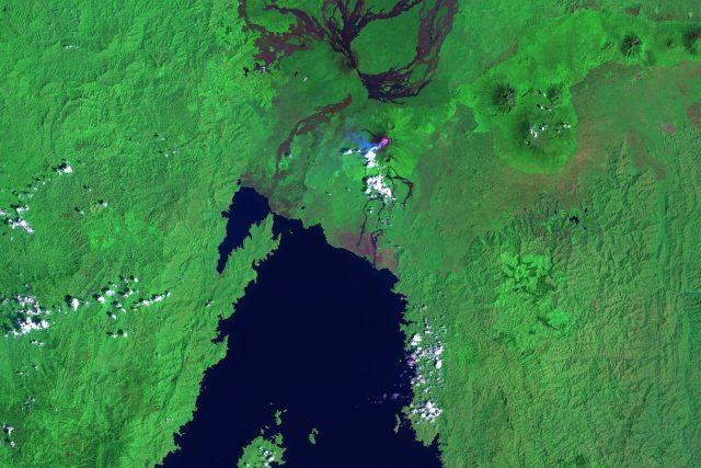 Severní část afrického jezera Kivu s městem Goma a kouřící sopkou Nyiragongo v Demokratické republice Kongo. Snímek sondy Landsat 7 ve falešných barvách   foto: NASA Earth Observatory,  Public domain